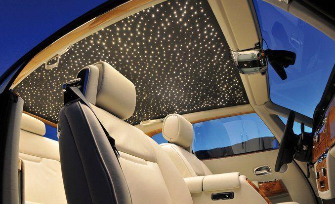 Le toit intérieur étoilé chez Rolls Royce qui coûte près de 10 000€ et propose via près de 1500 fibres optiques de reconstituer un ciel étoilé et d' avoir la sensation de rouler la tête dans les étoiles. via http://www.focusauto.fr/