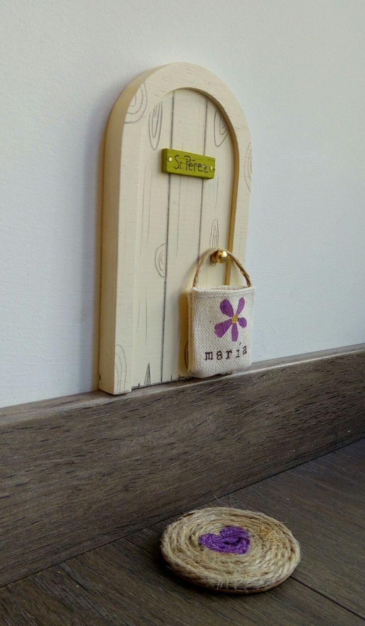 Original regalo para niños a los que se les están cayendo los dientes. Puerta para Pérez hecha a mano. De madera pintada de color marfil con imitación de beta de madera. Por La lailuminista.