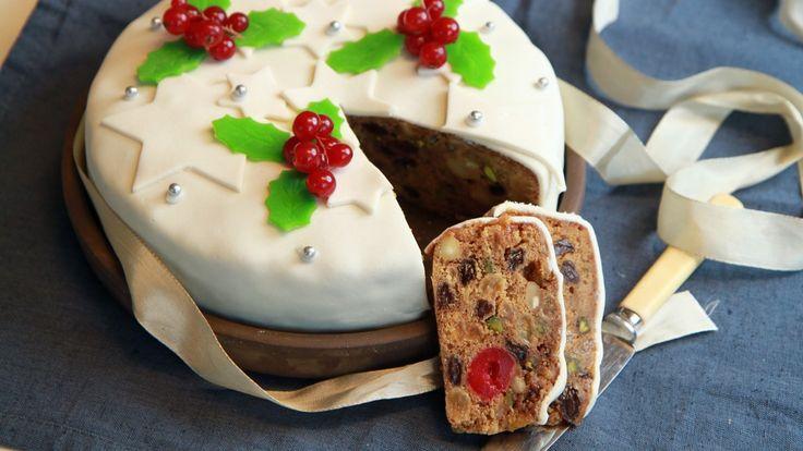 Fruktkake lager du i god tid før jul. Den blir bare bedre av å stå i kjøleskapet. Begynn med å legge rosiner og aprikoser i konjakk dagen før kaken skal bakes.
