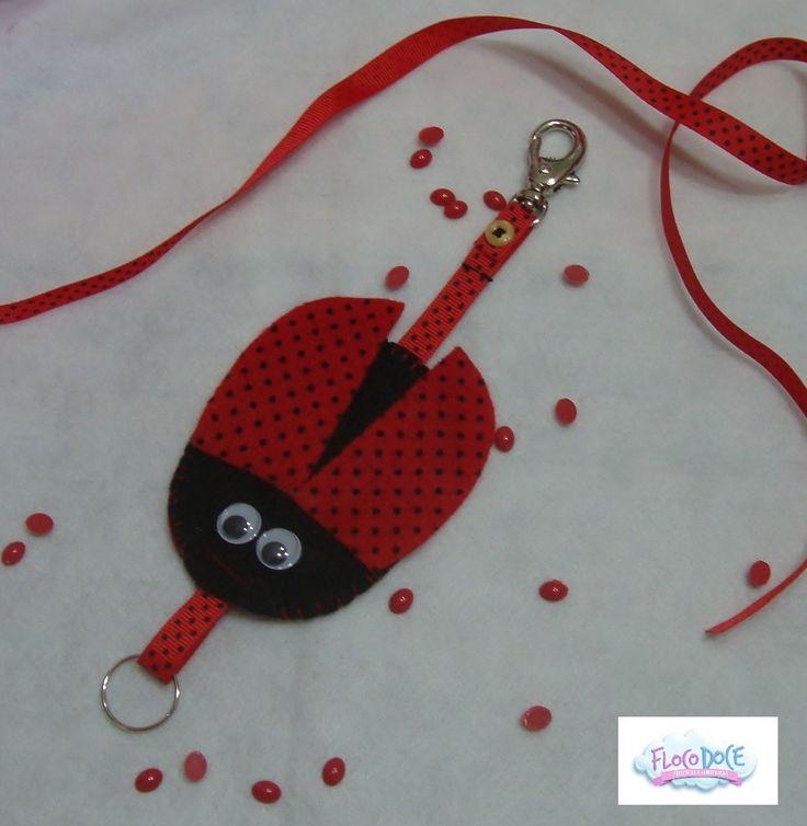 Chaveiro ou Porta Pen drive Retrátil com tema de joaninha.  Feito em feltro, costura totalmente à mão.