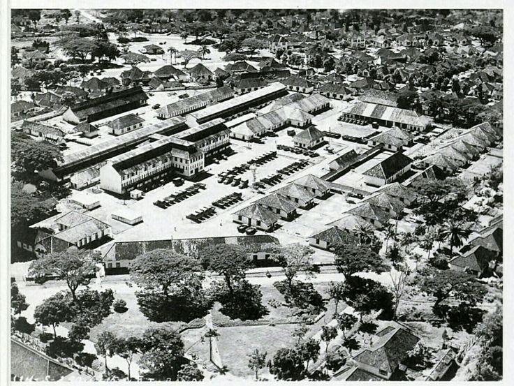Photo udara Bandung tahun 1946 : Tangsi militer dan sekitarnya dengan latar belakang Oranjeplein dan Riouwstraat.