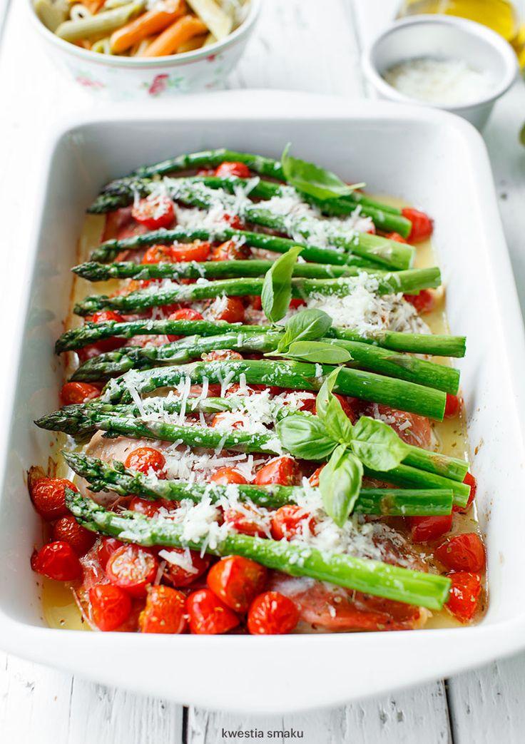 Filety z kurczaka zapiekane z pomidorkami koktajlowymi, szparagami i parmezanem