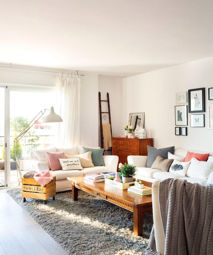 00452095. Salón con sofás blancos sobre alfombra gris peluda, mesa de madera, mucho cojín, lámpara de pie blanca... 00452095