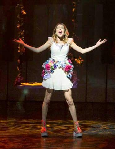 Violetta,chante apparement sur une note émouvante sinon je trouve sa robe très jolie et sophistiquée