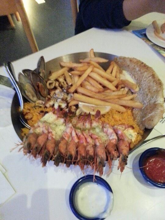 Lupa nama menunya apa, tapi aku suka sekali ini all in one komplit...plit... Ada nasi yg gurih, bertabur seafood, dijamin mengenyangkan. (Fish)
