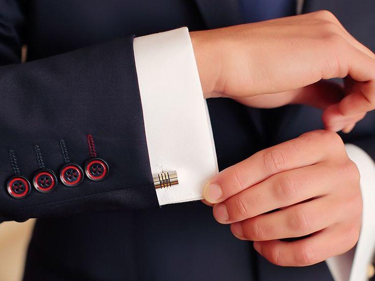 Detalhes do noivo para o grande dia: abotoaduras. Elegantes, românticas e carregadas de significado, é possível selecionar a dedo esse detalhe.