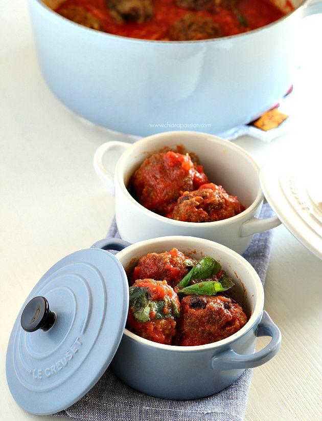 Casseruola in ghisa smaltata colore blu chiaro, mini cocotte in gress smaltato colore bianco e blu @Le Creuset Italia #food #polpette #pomodoro #bianco #blu