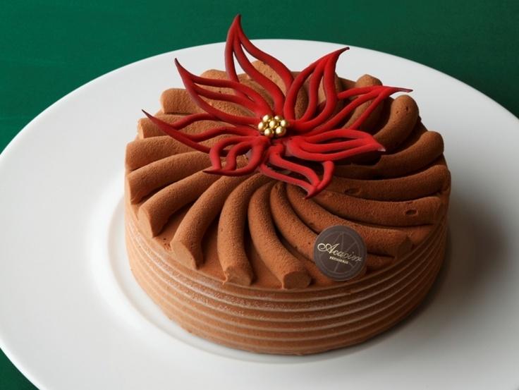 お花を習っていた頃、教室の行き帰りによっていたお菓子屋さんのクリスマスケーキ。ケーキのデザインが秀逸、マカロンのフレーバーの組み合わせも斬新。  機会があったら行きたいな。