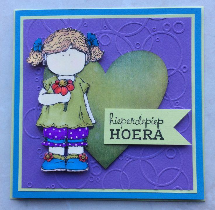 Houten hart bewerkt met 2 kleuren vloeibare inkt en een laagje glimmers eroverheen. Meisje ingekleurd met spectrum noir alcohol markers.
