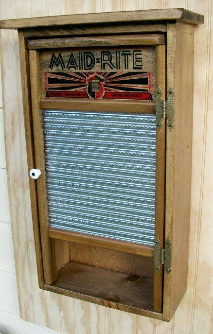 Notre Cabinet de Washboard primitif est artisanal dans notre atelier de menuiserie du pin et nous utilisons réel anciennes planches à laver mode pour les portes. Cette conception en détresse rustique et primitive permettra daméliorer nimporte quel mur de votre maison avec le look vieilli fois porté. Armoire a deux étagères derrière des portes plus létagère ouverte en bas pour la décoration de louvrir. Nous sommes mettant en vedette la planche à laver Maid Rite à lheure actuelle. Les…