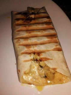 """Un des sandwichs les plus appréciés par mes enfants et mon mari """"LES TACOS """" ☆ Ingrédients : ● 2 blancs de poulet émincés finement et coupés en morceaux ● 1 oignon vert émincé ● 1/2 boite de champignons émincés en petits morceaux. ● 3 gousses d'ail hachées..."""