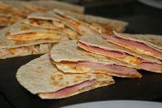 Esta receta que os presento hoy se inspira en las sincronizdas mexicanas. Según wikipedia, son un tipo de sandwich que se elabora a partir de dos tortillas de trigo con queso y jamón dentro. El nombre le viene de rellenar una tortilla y cubrirla con otra y tostarlas después....