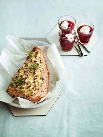Uunissa valmistettava lohi kuuluu suomalaisten suosikkiruokiin. Tässä reseptissä kala saa seurakseen smetanaa, purjoa ja valkosipulia.