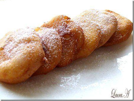 Gogosi de mere - retete culinare de gogosi. Reteta culinara de gogosi de mere este una simpla si foarte rapida. Felii de mere imbracate in aluat. Mere pane.