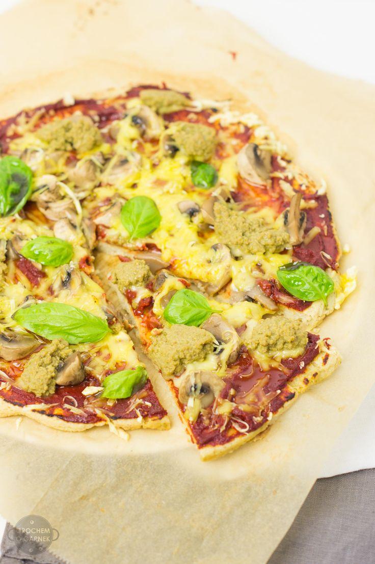 Bezglutenowa, smaczna pizza to marzenie każdej osoby unikającej w diecie glutenu. Wcześniej proponowałam Wam już pizzę z mąki gryczanej oraz na spodzie z dyni. Tym razem jednak bijemy wszelkie reko...