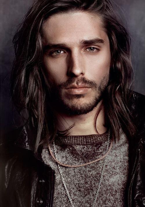 90. Männer Hairstyle: Fast nichts müssen Männer mit langen Haaren machen. Lässig und stilsicher ist der Look. #BeardHype