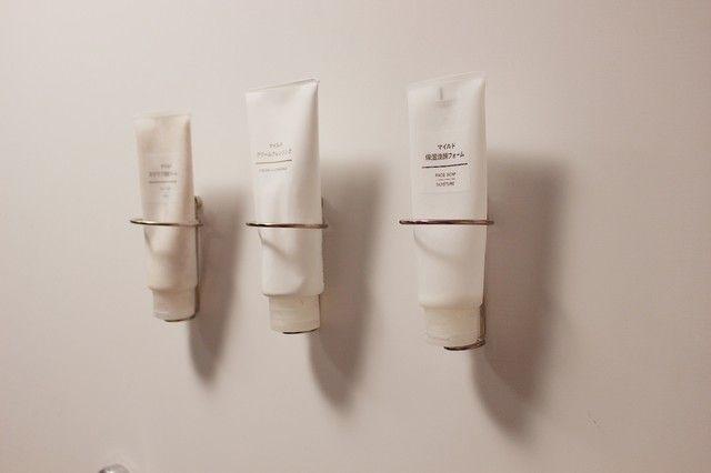 セリアで完成 お風呂掃除をグンと楽にするボトルやチューブの壁掛け