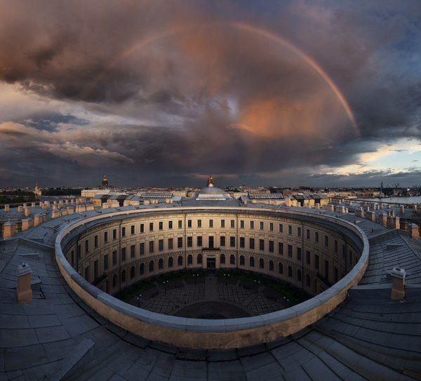 Радуга над петербургской Академией художеств...
