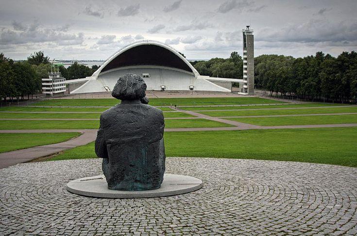 Monumento a Gustav #Ernesaks, compositor e maestro. #Tallinn fica golfo da Finlândia, no #Báltico e é a capital da Estónia. A zona medieval é um lugar muito apreciado, pelo ambiente de época ali recriado