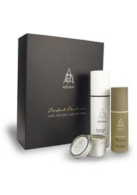 Some things are just made for each other. The velvety three-in-one Balancing Cleanser is a comfortable companion to cult resurfacing treatment Liquid Gold. This limited edition collection is the perfect balance of decadence and powerful active ingredients complimented with the luscious notes of licorice and mint in a luxe soy candle.