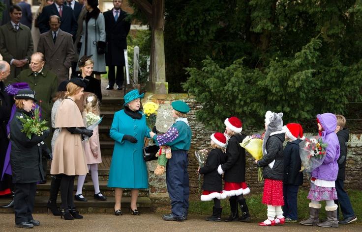 La Reina de Reino Unido recibe flores a la salida de la tradicional misa de Navidad en la iglesia Santa María Magdalena de Sandringham