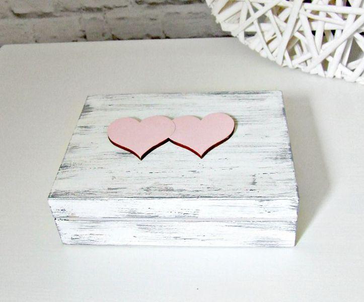 Romantyczne, minimalistyczne, rustykalne pudełeczko na ślubne obrączki.  Wykonane w stylu shabby chic.  Do kupienia w sklepie internetowym Madame Allure!  #ślubnezakupy #pudelkonaobraczki #madameallure #wesele