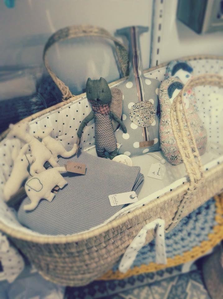 Couffin, tapis, couverture Tocoto Vintage, animaux numéro 74, écureuil Maileg, guitare musicale et matriochka Barnabé aime le café - www.little-home.fr