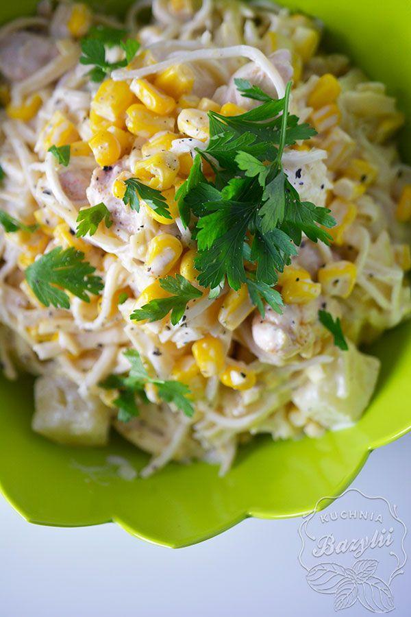 Sałatka z kurczakiem, kukurydzą, selerem i ananasem