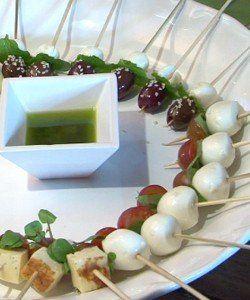 Salada no palito:   - Queijo de cabra em bolinha  - Azeitonas pretas sem caroço  - Folhas de hortelã  - Gergelim branco ou orégano  - Mussarela de búfala  - Tomate cereja  - Folhas de manjericão  - Blanquete de peru  - Abacaxi em cubos  - Salsinha crespa  - Queijo coalho  - Palitos de churrasco