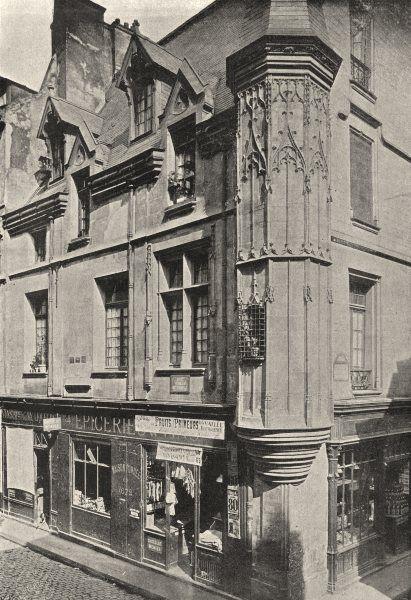 Hôtel de jean Herouet (vers 1500) à l'angle de la rue des Francs Bourgeois et de la rue Vieille du Temple. Paris 75004
