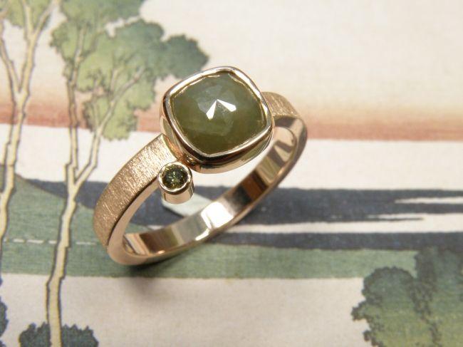 * ringen | oogst-sieraden * Ring * Roodgoud met 1,8 crt kussenvormige roosgeslepen diamant en 0,035 crt natuurlijk olijfkleur briljant geslepen diamant * 1495 euro * Unicum *