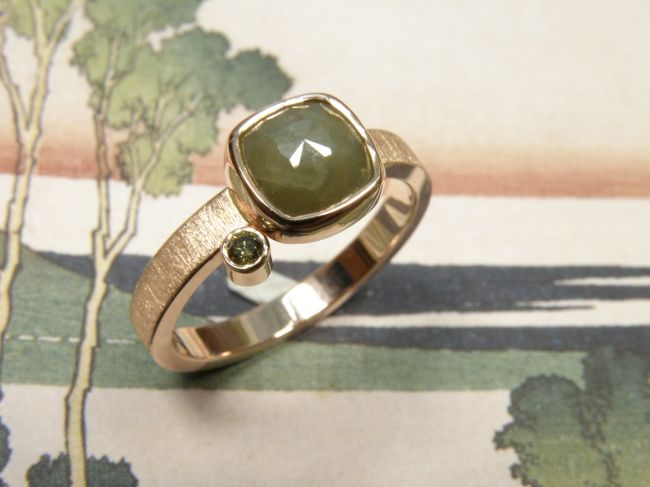 * engagement ring | oogst-sieraden * Verlovingsring * Roodgouden ring met streepjes en kussen geslepen 1,8 crt groene diamant en 0,035 crt olijf diamant * 1495 euro *