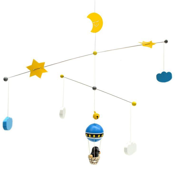 """Dromerig mooi - Ken je hem nog """"het Molletje""""?  Deze houten mobiel mag niet ontbreken in de babykamer. Molletje in een luchtballon onder de maan, wolken en sterren. Een belletje geeft een zacht geluidje wanneer deze beweegt. De mobiel is van het Tsjechische merk Detoa, een familiebedrijf die met veel liefde en veilige, verantwoorde materialen werkt.   Afmetingen mobiel ca. 70 x 40 cm (geen speelgoed)"""