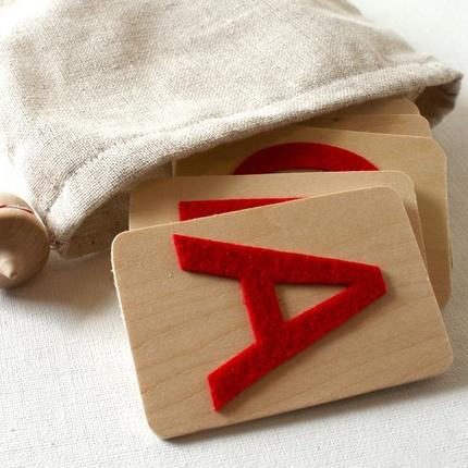 Vilten letters, kan ook met schuurpapier. De lln. voelen in het zakje en raden welke letter het is.