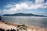 Les îles Wallis et Futuna constitue un archipel de trois îles principales : Wallis, Futuna et Alofi.  Elles appartiennent à l'Océanie polynésienne. L'île de Wallis (Uvéa nom polynésien) à 200 km au nord-est de Futuna, d'une superficie de 75,64 km², porte le nom du premier marin qui la découvrit en 1767, le Capitaine Samuel WALLIS. Futuna (46,28 km²) et l'îlot voisin d' Alofi (17,78 km²), séparés par un chenal de 2 km, furent découverts en 1616 par des navigateurs hollandais.