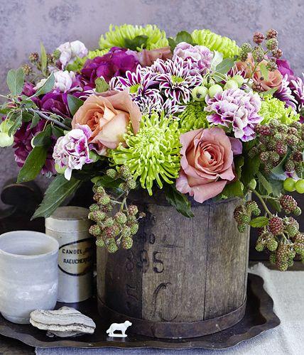 Brombeeren, Rosen, Chrysanthemen, Nelken, grüne Chrysanthemen, Hortensien und Zierapfel