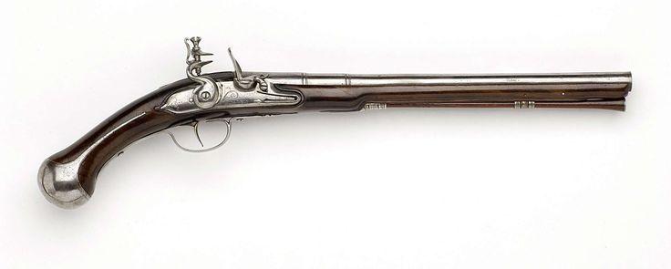 Gerrit Lasonder (I) | Vuursteenpistool met gordelhaak, Gerrit Lasonder (I), Gerrit Lasonder (II), 1680 - 1690 | Militair pistool met gordelhaak. Het slot is gegraveerd met lofwerk en een signatuur. De loop is opgedeeld door middel van drie ringen, waarvan een om de tromp; achterop gemerkt met het wapen van Utrecht en onderop met een C. De kolf is nauwelijks gesneden. Het ijzeren beslag bestaat uit twee laadstokkokers met spleten tussen de ringen, een schroefplaat in de vorm van een gerekte S…