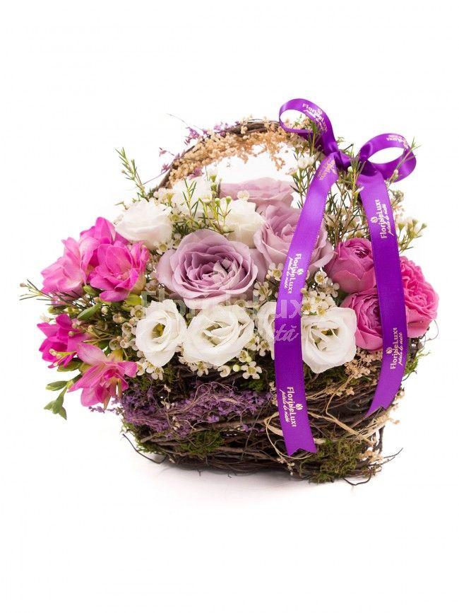 cos cu flori varatice, in culori care iti fura privirea si inima https://www.floridelux.ro/cos-trandafiri-si-frezii.html