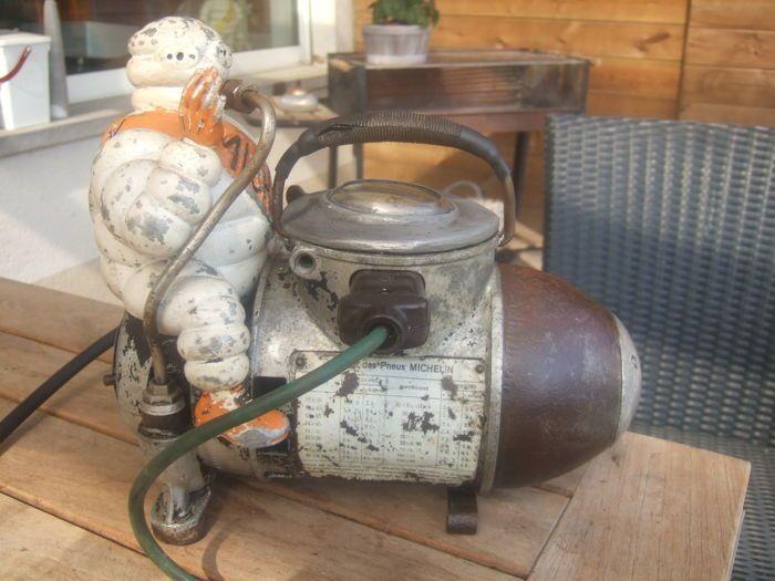 Michelin Compressor 1920  Originele Michelin Compressor 1920/30 Was in die tijd voor Auto Fiets motor Banden op te pompen  origineel en compleet in goede gebruikte werkende staat  lengte 35 cm hoogte 30 cm gewicht ca.12 kg  EUR 575.00  Meer informatie