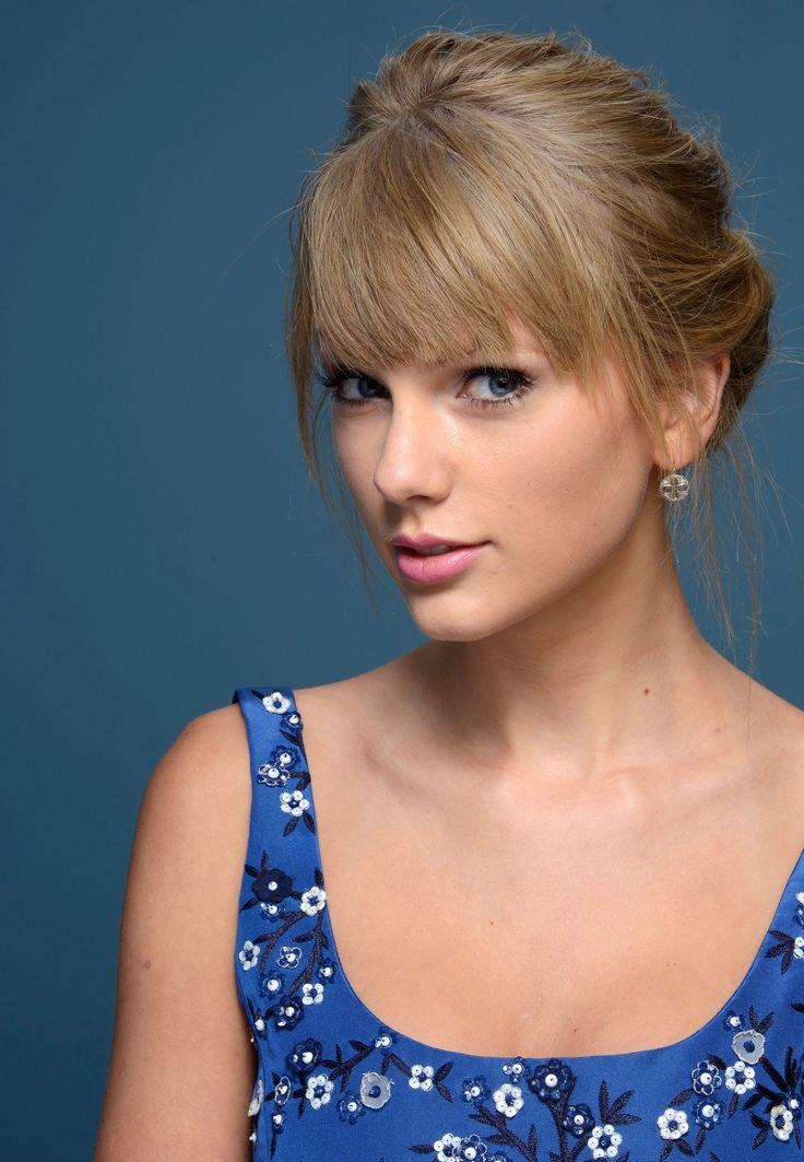 """Taylor Alison Swift, (Reading, Estados Unidos, 13/Dic/1989), es una actriz, cantante y compositora estadounidense de música country. Se mudó a Nashville, Tennessee a los catorce años. Trabaja con Big Machine Records y se convirtió en la cantautora más joven contratada por Sony/ATV. En 2006 lanzó su álbum debut """"Taylor Swift"""" y se convirtió en la más famosa de la música country con «Our Song».de country chart."""