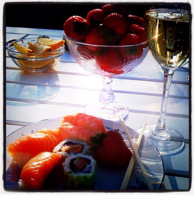 Missing summer  Shrimps and sushi with a great white wine ... ✌️