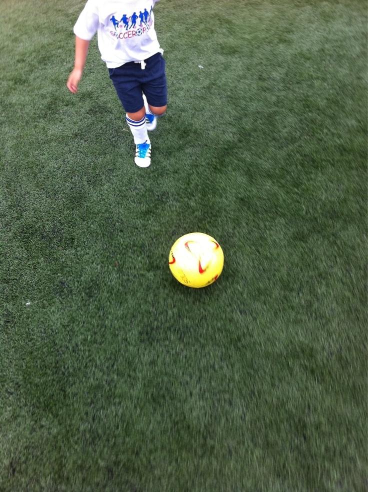 Luke jogando futebol