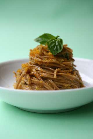 Spaghetti con bottarga, limone, basilico e liquirizia.
