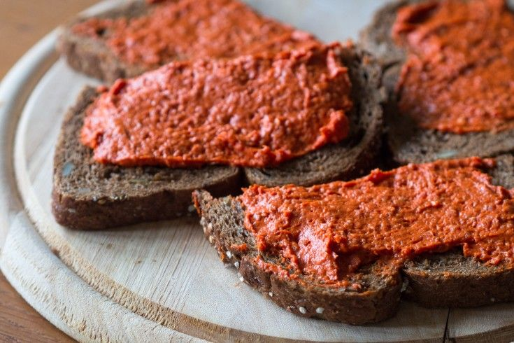 Filet Américain is al vele jaren super populair in Nederland. Het lijkt op steak tartare, maar dat is vaak een stuk grover en wordt meestal niet op brood gegeten.Filet Américain juist wel, of op toastjes bij de borrel. Filet Américain is eigenlijk vooral fijn gemalen (mager) rundvlees, soms met kruiden, een uitje of andere extra …