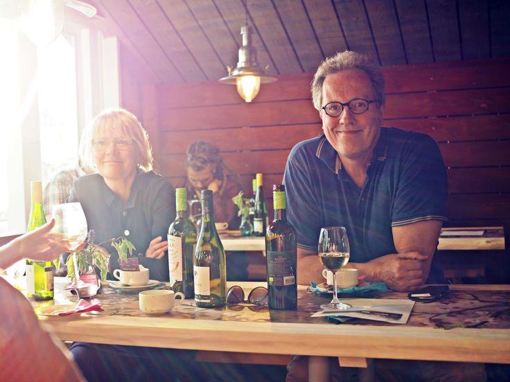 Eliisa ja Kalle innoissaan, Kake lauteilla tulkitsemassa Elvistä.