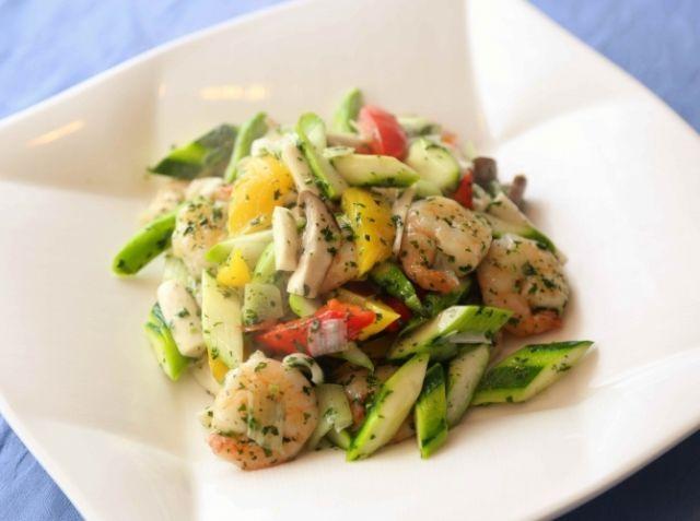 蝦仁炒夏菜 (海老と夏野菜の炒め) - 中川 優シェフのレシピ。プリプリの海老と夏野菜を楽しめる一品。中華料理は食材の下準備が大事。海老の下処理と下味、野菜の湯通し(水に油を入れてさっと茹でる)がポイントです。湯通しは、中華で行う技法「油通し」と同様の効果があり、素材の栄養価が逃げず、ご家庭でできる簡単な方法です。