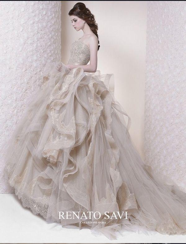 今、おしゃれな花嫁から注目を集めるのが、ニュアンスカラーのドレス。ベージュやスモーキーなピンクなど、ふんわりと絶妙なグラデーションはトレンド感と上品さを演出します。編集部おすすめのとっておきのラインナップをご覧ください。
