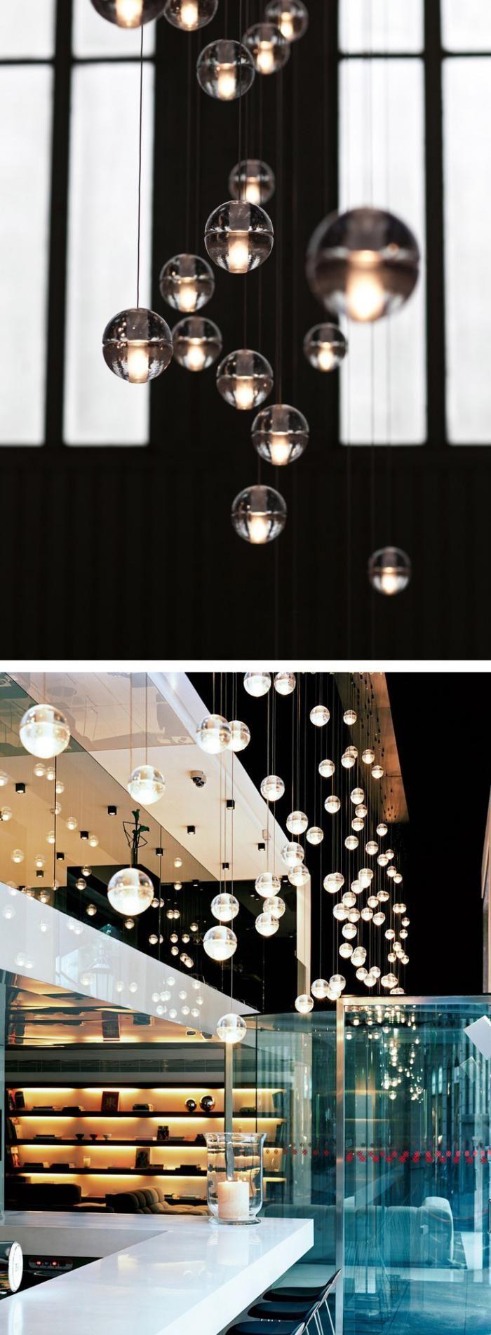 suspension en verre, intérieur glamoureux avec pluie de lampes pendantes