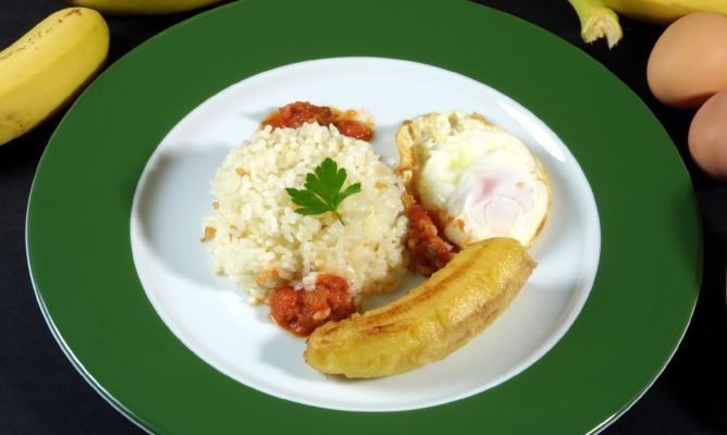 Receta de Arroz a la cubana con salsa de tomate