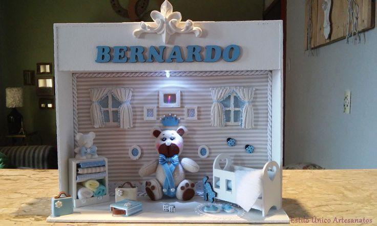 Lindo cenário porta maternidade personalizado com LED: Urso. <br> De madeira, todo pintado a mão, cheio de detalhes, forrado com tecido, acabamento em cordão acetinado e pérolas, todos os móveis em MDF, cobertor, colchão, lençóis em tecido de algodão, toalhas, espelho, luz de LED e peças em resina. <br>Ursinho de plush e roupinha em feltro. <br>Um luxo!!! <br> As cores são da preferência do cliente. <br>Um mimo, para decorar a porta da maternidade e o quarto do seu bebê! <br> O cenário mede…